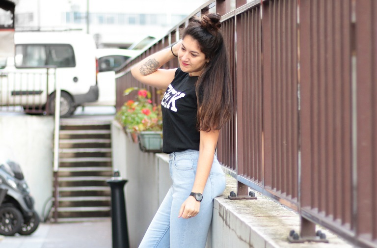 Jean taille haute & Sneakers – Mode & Tendances