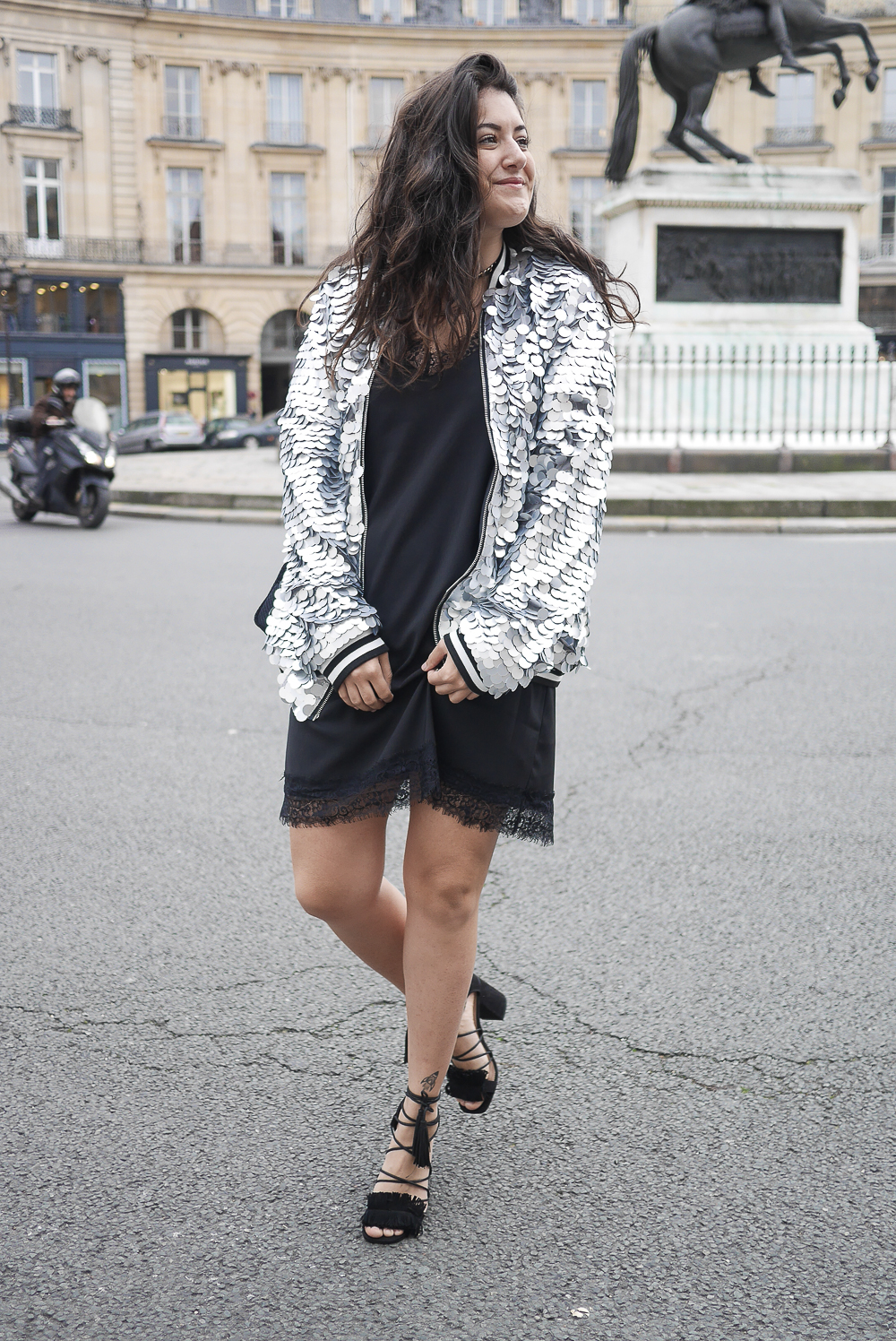 megan vlt tenue de f te la petite robe noire asos et le bomber sequins. Black Bedroom Furniture Sets. Home Design Ideas